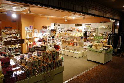 売店「彩」はフロントの横にあります。