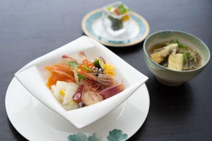 別注でご利用いただける「海鮮丼とミニ京風蕎麦セット」1,980(税込)。前日までにご予約ください。